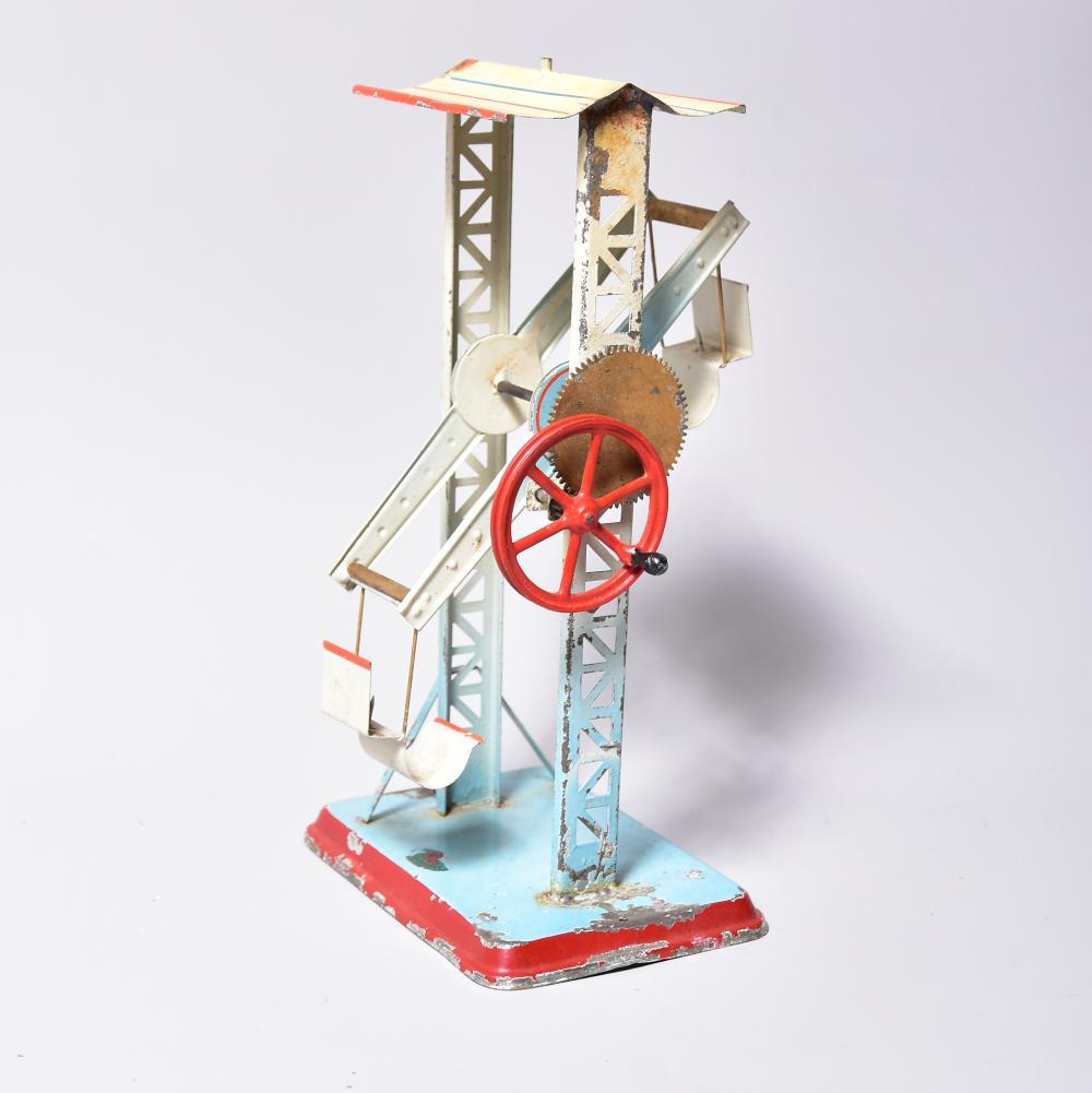 Riesenrad, russische Schaukel, Fa. Doll Nürnberg, um 1910/20, mit 4 Schaukeln, Blech, farbig handlackiert, mit Transmissionsantrieb, auf erhöhter Metallplatte montiert, H 30 cm, Massefiguren fehlen, ein Schaukelarm fehlt