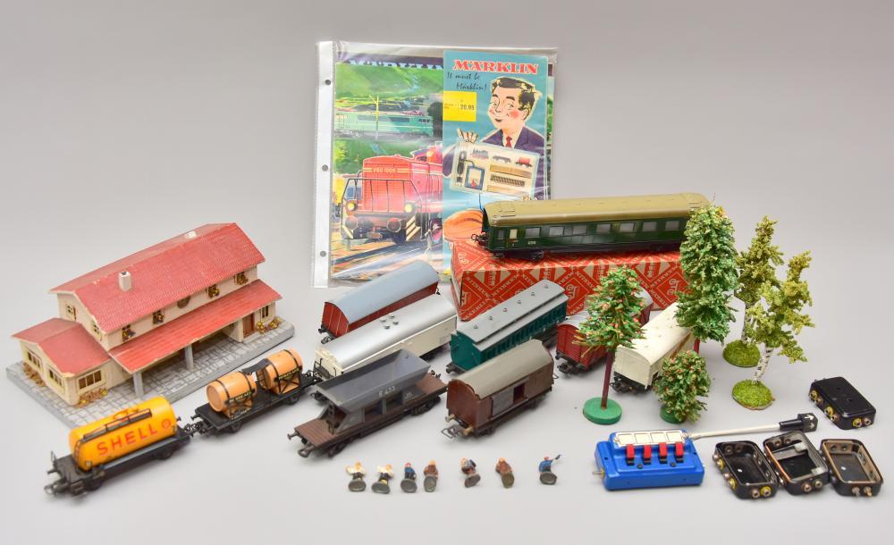 """Konvolut Eisenbahn, dabei 1 Stk. """" Märklin"""" - Personenwagon und 10 Stk. Güterwagons Marke """" Trix"""", Spur H0, dazu Bäume, 1 Bahnhof, kl. Figuren"""