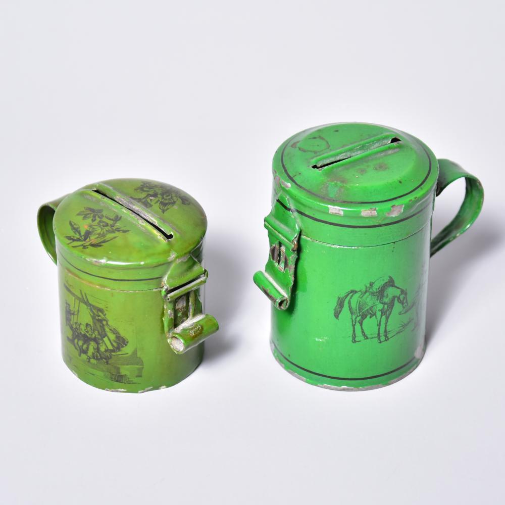 """Spardosen wohl """"Märklin"""", um 1900, 2 Stück, Blech lithogr., Verschluß defekt, H von 6cm-8cm, leichte Farbfehlstellen"""