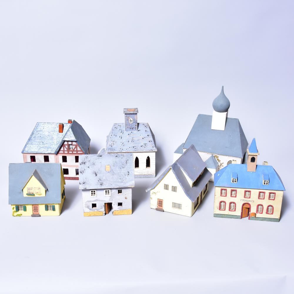 Konvolut Eisenbahnzubehör /Erzg., Häuser, 6 Stück, Material :Holz, bemalt, Größe von 11-18cm