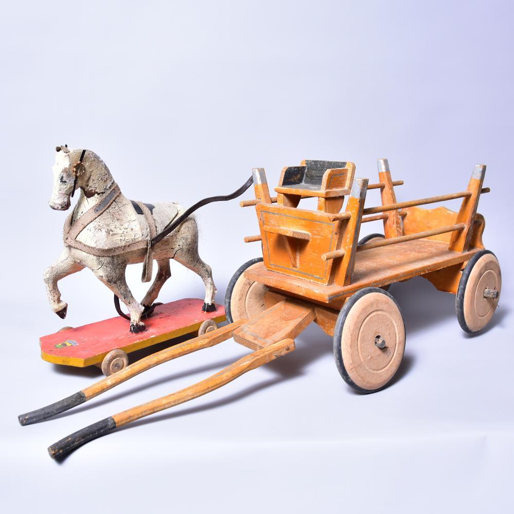 """Pferdegespann, Holzpferd auf 4 Stk. Holzrädern( starke Erhaltungsmängel) gem. """"Wisenta"""", Holzleiterwagen m. 4 Stk. Holzräder mit Gummibereifung, um 1930/40, L 64 cm, B 16cm, H 29cm"""