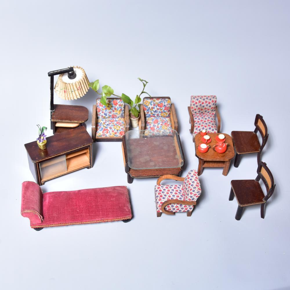Puppenstubenmöbel um 1930/40, u.a. 2 St. Tische, Sessel, Stühle, Liege, Stehlampe, Gummibaum und Zubehör, guter Zustand