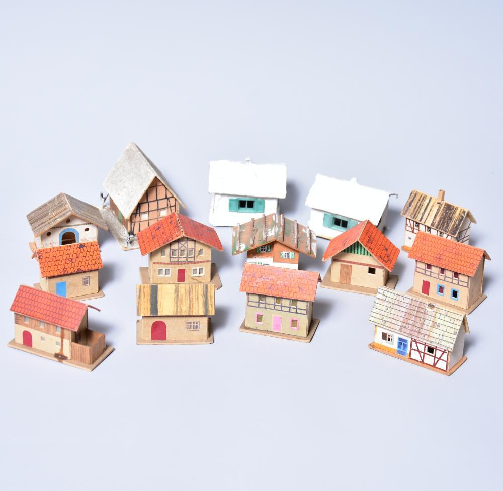 Konvolut Eisenbahnzubehör /Erzg., Häuser, 13 Stück, Material Pappe, lithographiert, Größe von 8-15cm