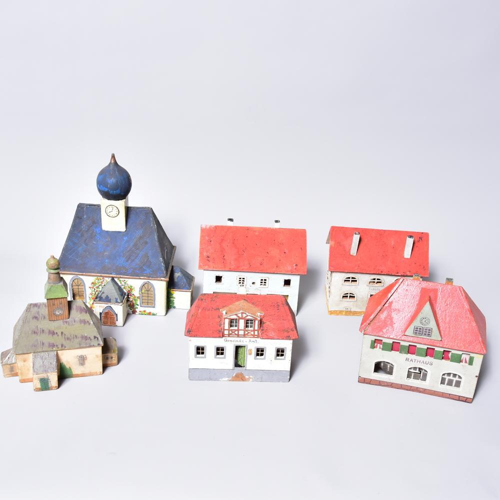 Konvolut Eisenbahnzubehör /Erzg., Häuser 6 Stück, Material: Holz, bemalt, Größe von 11-18cm