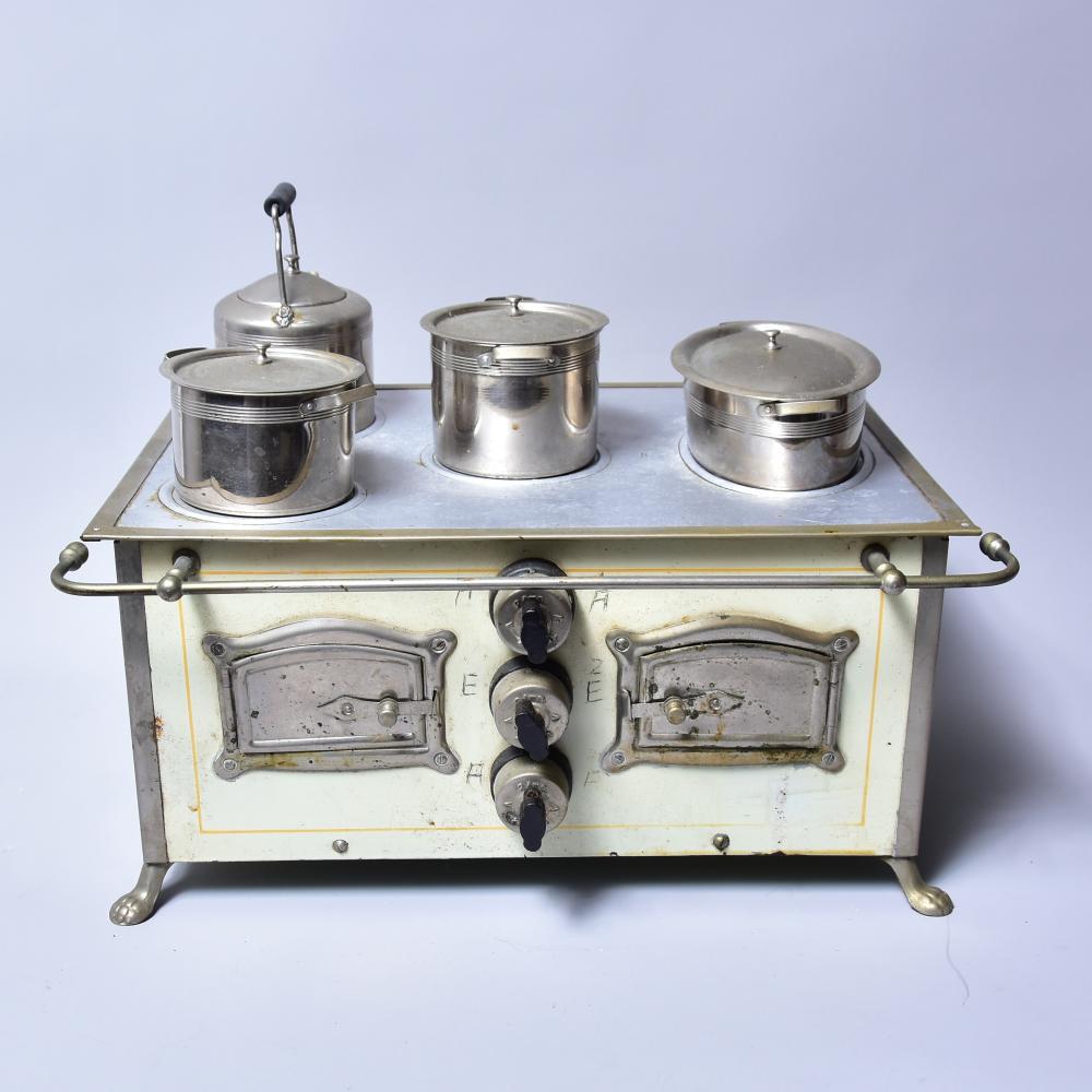 """""""Omega-Puppenherd"""" Blech, um 1920/30, elektr. 110 V, 6 Amp., gemarkt, Nr. 13, mit Originaltöpfen u. Frontreeling, elekt. Kabel vorh., Funktion nicht geprüft, Maß: 38x26x18 cm, gut erhalten"""