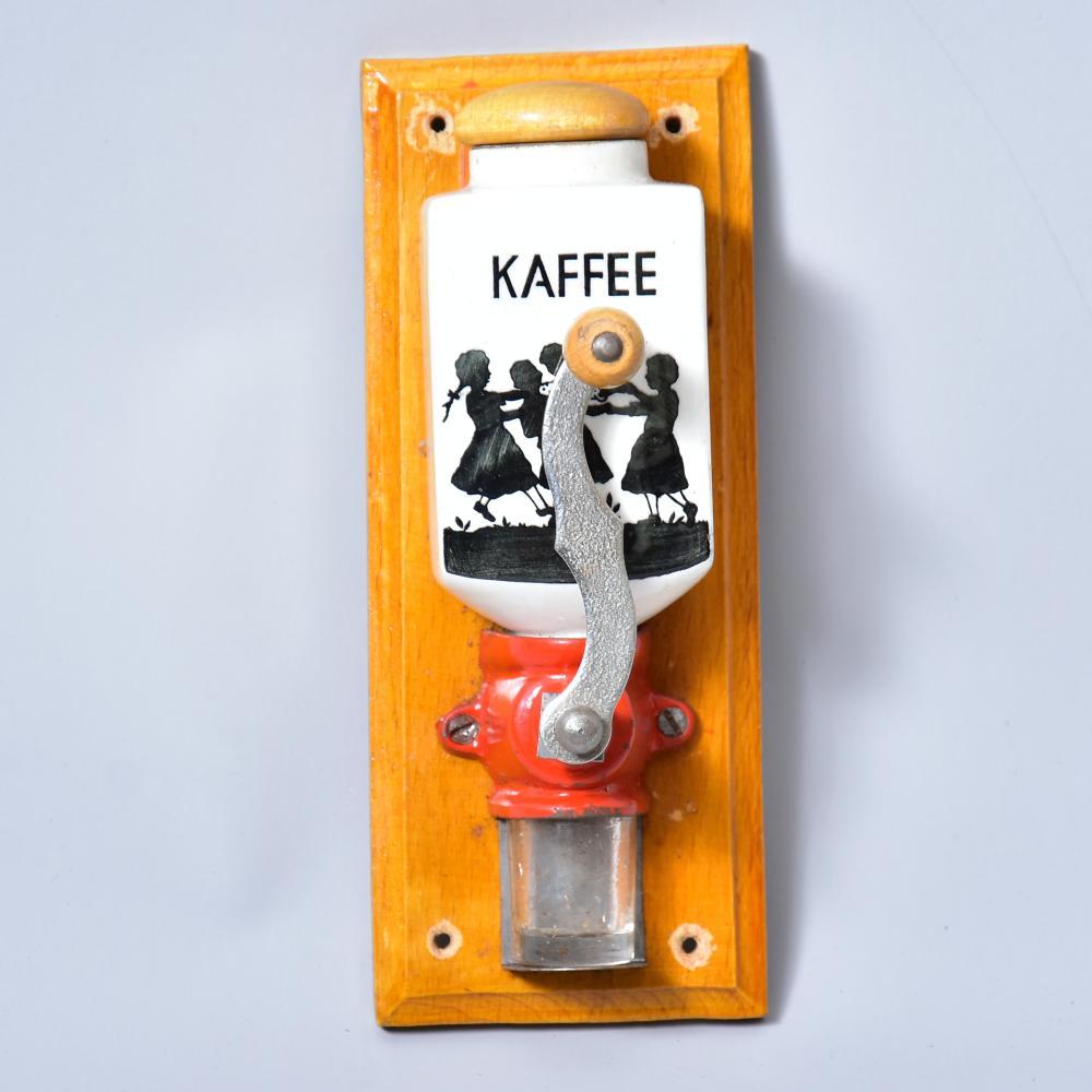 """Puppenküchen-Wandkaffeemühle, """"Die richtig mahlende"""", D.R.G.M. Nr. 1062204, um 1910, unbespielter Zustand, alle Teile vorhanden, im OK, Maß: 16,5x6,5cm"""