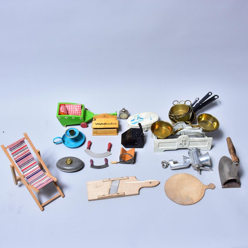 Puppenstubengebrauchsartikel um 1910, ca. 20 Teile, wie lithogr. Brotdose L10x5x3cm, Kohlenkasten, Waage, Fleischwolf, Brotschneidemaschine, Wecker u.a.