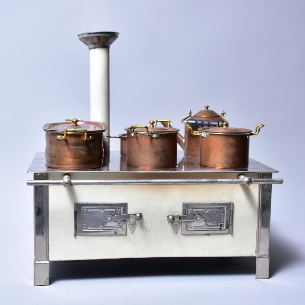 Puppenherd, Blech um 1910, mit Originalkupfertöpfen und Frontreeling mit Schlot, spiritusbetrieben, Maß: 32x22x15 cm
