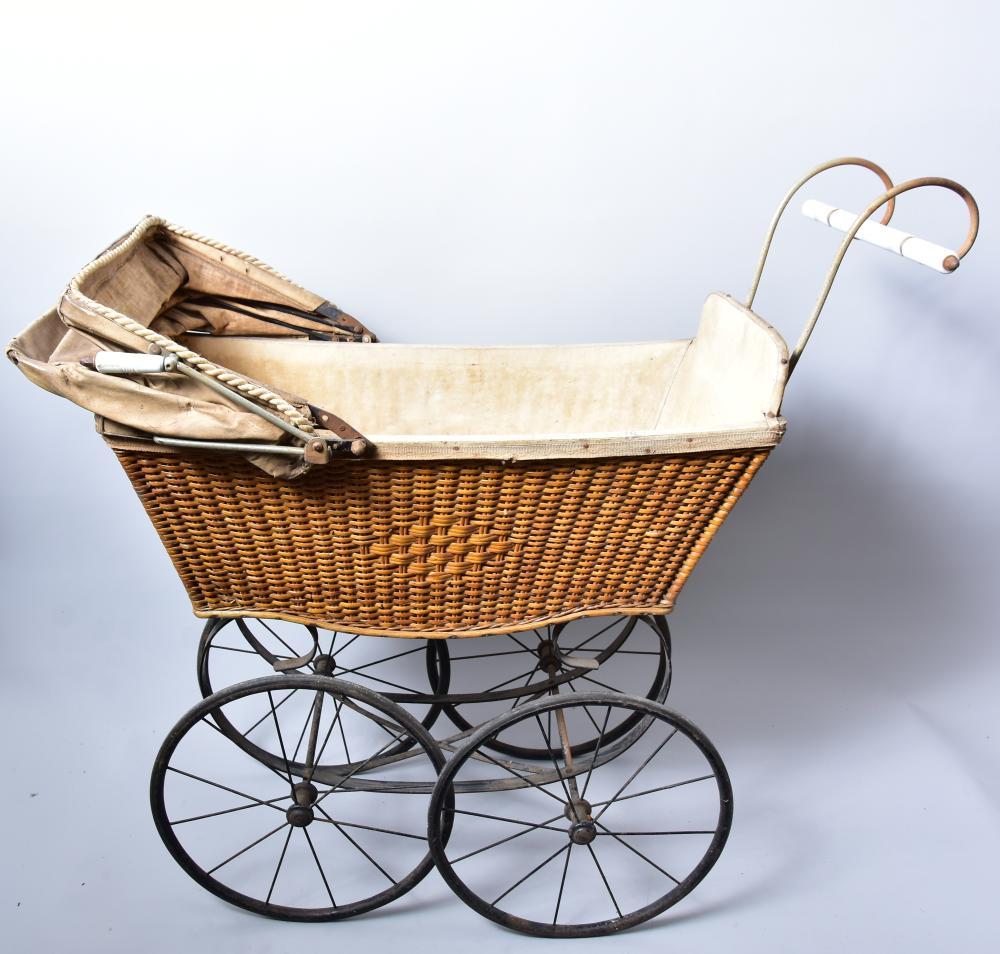 Korb-Puppenwagen um 1900, lackierte Korbgeflechtwanne, sehr große Metall-Speichenräder, Verdeck aus lackiertem Segeltuch, leichte Gebrauchs-Altersspuren sonst guter Zustand, L.70, B.33, H.77cm