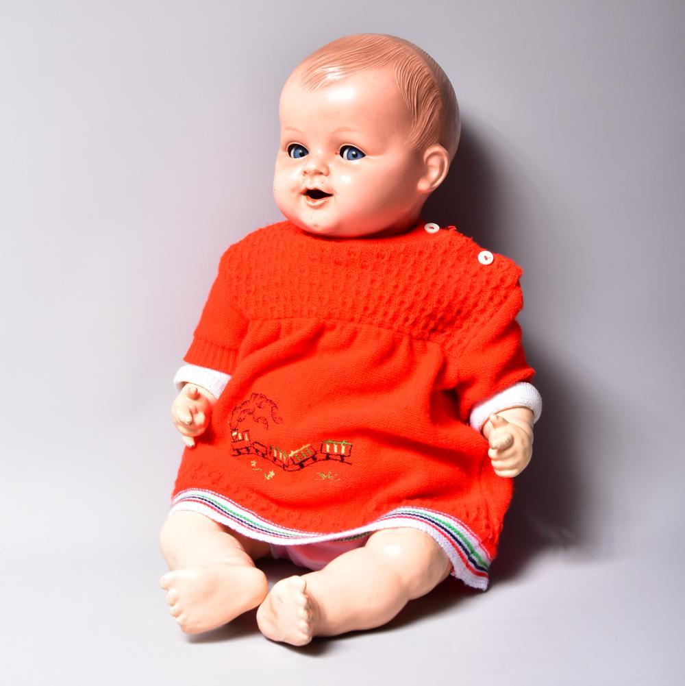 Puppe, Marke: Kämmer & Reinhardt, Nr. 351/6, Zelluloideinbindekopf, Schlafaugen, modelliertes Haar, Stoffkörper, mit Massearmen-und beinen, Zähne fehlen, ansonsten guter Zustand
