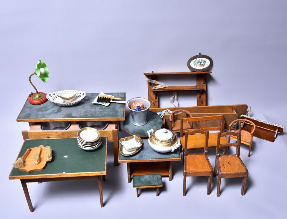 Puppenstuben- Küchenmöbel f.große Küche m. Zubehör, dab. Stühle, Tische, Aufwaschtisch, Lampe, mehr. Sideboards, div. Geschirr u.a. um 1910, z. Bsp. Maß: Aufwaschtisch: 34x15,5x18cm