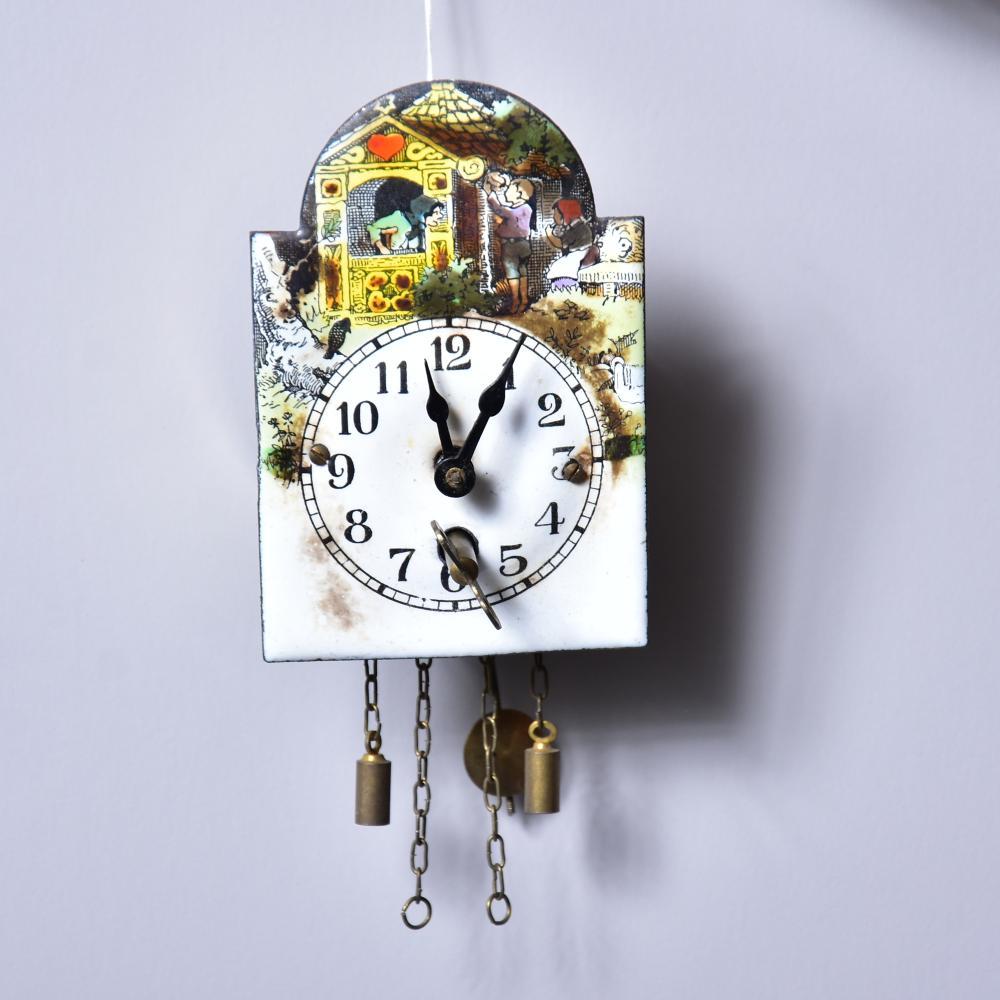 Puppenstuben-Schild-Pendeluhr, Emailleschild mit arabischen Zahlen, um 1910, Schlüssel vorhanden, Werk läuft, im OK, Maß: 10x6,5x4,5cm, Emaille- leichte Altersspuren