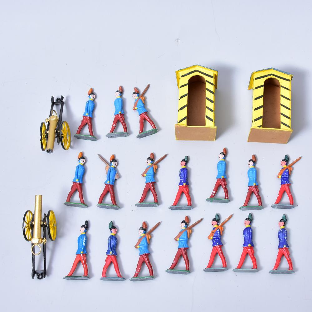Konvolut Zinnfiguren, 17 Stück, 2 Kanonen, 2 Schilderhäuser, H Zinnfiguren 7,5cm