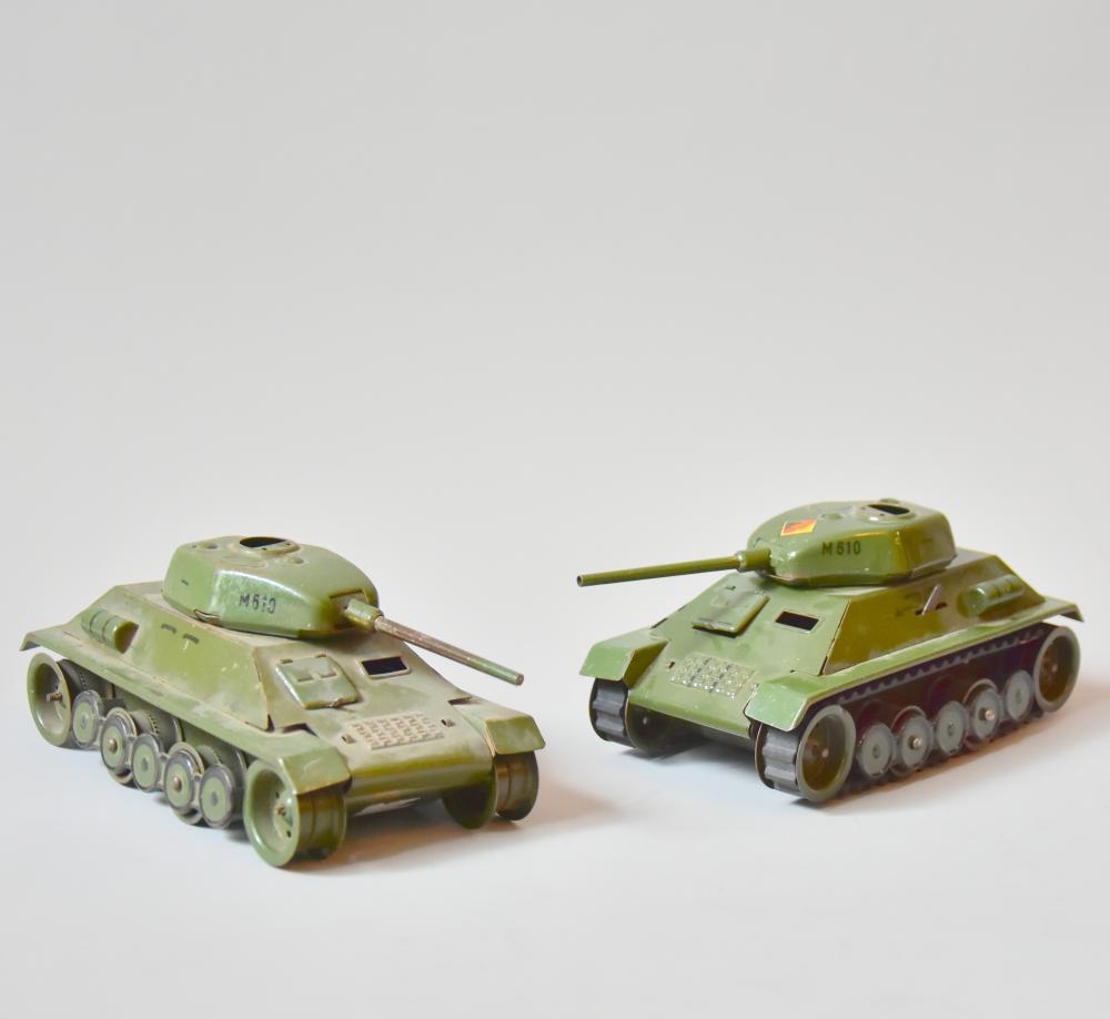 """DDR- Panzer, 2 Stück Modell """"M610"""", Lukendeckel fehlen, 1x komplett u. funktionstüchtig, Schlüssel fehlt, 1x Raupen und Räder fehlen, L 18cm"""