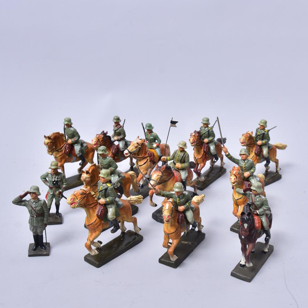 Reiterstaffel, Lineol, 2. Weltkrieg, 11 Stück Reiter m. Pferd und zwei Fußsoldaten (Offiziere), leicht bespielt aber guter Zustand, H ca. 10 cm