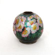JOLI VASE BOULE DE Camille FAURE (1874-1956) En cuivre à décor émaillé et translucides de fleurs pol