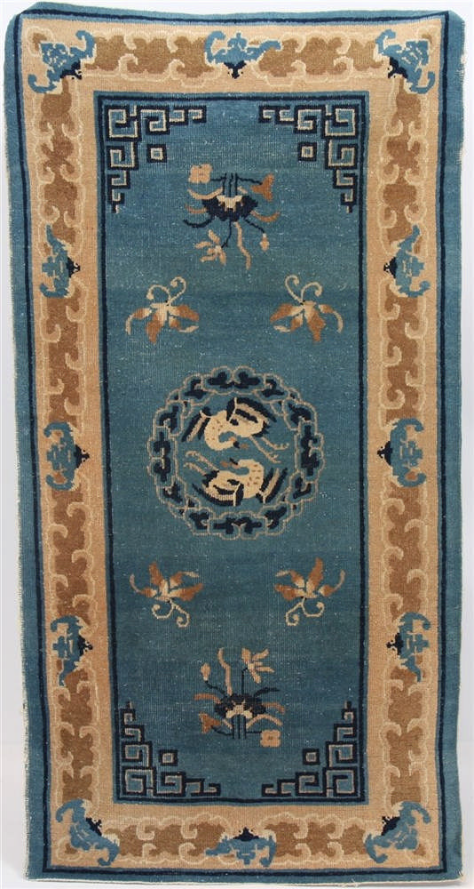 tapis chinois v 1940 a fond bleu d cor floral et motif. Black Bedroom Furniture Sets. Home Design Ideas