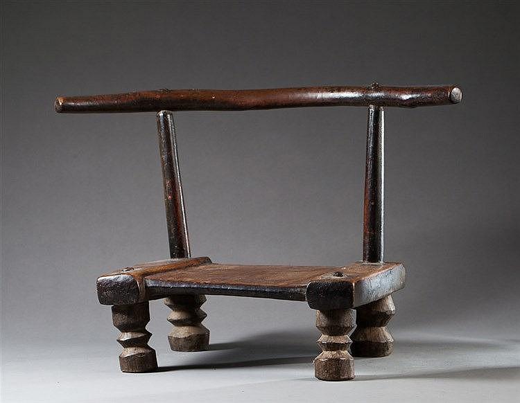 Petite chaise reposant sur quatre pieds bois pati for Chaise blanche pied bois