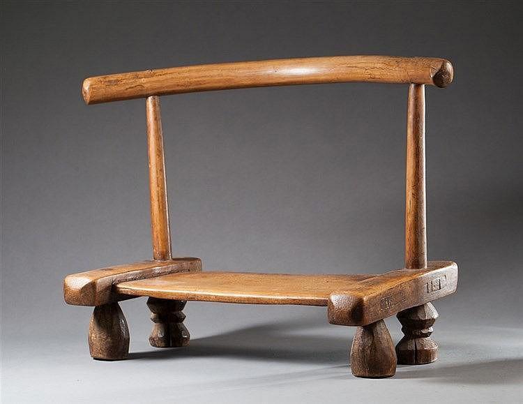 Petite chaise reposant sur quatre pieds bois pati for Petite chaise en osier