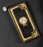 RAVISSANT PETIT PORTEFEUILLE DE POCHE en maroquin vert décoré sur le dessus à l'or d'une frise de feuillages et de deux aigles sur foudres aux angles, orné au centre d'une miniature ronde représentant « l'Empereur Napoléon Ier en buste » de face,