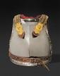 CUIRASSE D'OFFICIER MODELE 1812 MODIFIE 1816. Plastron à busc et dossière en tôle de fer bordés de rivets en laiton. Epaulières à double chaînette en gourmettes, en laiton, doublées de tissu écarlate bordé de galon argent. Attaches et tirants en