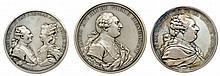 Lot de trois refrappes en argent de médailles à l'effigie de Louis XVi : Abandon de tous les privilèges ASSEMBLÉE NATIONALE IV. AOUT MDCCLxxxIx (1789), naissance du Dauphin, les Six Corps des marchands de Paris complimentent le roi pour la naissance