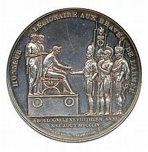 Napoléon 1er serment de l'armée d'angleterre à l'empereur 23 août 1804 HONNEUR LEGIONAIRE AUx BRAVES DE L'ARMÉE. Napoléon sur une estrade, assis sur une chaise curule, distribuant des légions d'honneur à quatre militaires debout devant lui. A