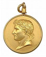 Napoléon 1er Pendentif en or composé de deux plaques maintenues par un cercle en or fermé par une bélière et représentant le portrait de l'empereur lauré à gauche en repoussé par le graveur George. Au revers,légende : « TOUT POUR L'EMPIRE ». Ø