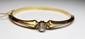 BRACELET rigide ouvrant en or jaune orné d'un important diamant taillé en rose. Poids brut: 8,8 g Diamètre max: 6 cm