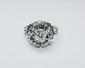 BAGUE BOULE or gris retenant en son centre un diamant de taille brillant d'environ 1 carat dans un entourage de diamants brillantés. Poids brut : 8,4 g TDD : 53