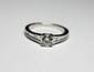 BAGUE SOLITAIRE en or gris ornée d'un diamant de taille brillant d'environ 0,70 carat, épaulé par 22 diamants de taille baguette. Poids brut: 3,5 g TDD: 54,5