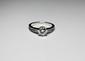 BAGUE solitaire en or gris ornée d'un diamant de taille brillant d'environ 0,90 carat, la monture de la bague réhaussée de douze diamats de taille baguette. Poids brut: 3,4 g TDD: 54