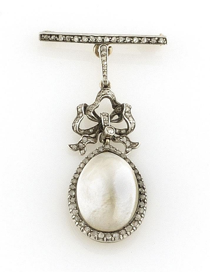 BROCHE en or gris ornée d'une perle de taille poire la monture pavée de diamants de taille rose. Poids brut : 10,3 g A PEARL, DIAMOND AND GOLD BROOCH