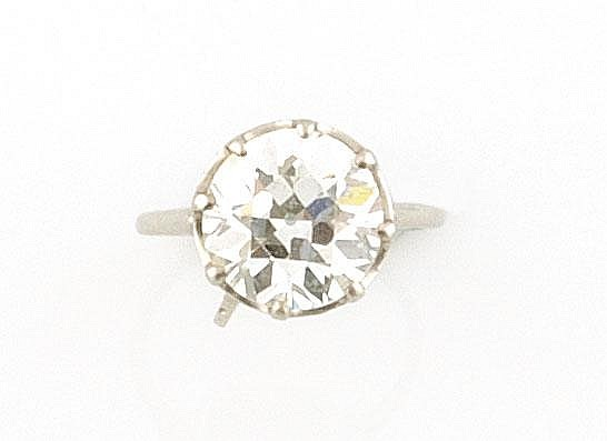 BAGUE en platine et or gris ornée d'un diamant de taille ancienne d'envrion 4,70 carats. Poids brut : 6,1 g TDD : 48 A 4,70 CTS SHAPED ROUND DIAMOND AND PLATINIUM