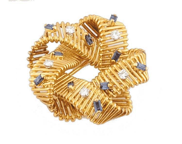 HERMES PARIS BROCHE en or jaune stylisant un naeud entrelacé ponctué de diamants de taille brillant et de saphirs de taille baguette. Poids brut : 29,9 g La monture signée Hermès Paris A YELLOW AND GOLD BROOCH  by HERMES