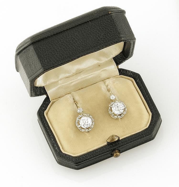 PAIRE DE DORMEUSES en or jaune ornée de diamants de tailles la monture ciselée. Poids brut : 4,1 g Dans son écrin d'origine A DIAMOND AND YELLOW GOLD PAIR OF EARRINGS