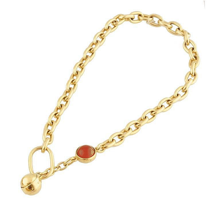 POMELLATO COLLIER en or jaune maille gourmette cheval, retenant deux boules en or jaune, l'une sertie d'une cornaline orange. Poids brut : 101,1 g A YELLOW AND GOLD NECKLACE by POMELLATO