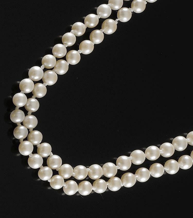 SAUTOIR en perles de culture. Poids brut : 105,8 g Longueur : 98 cm A PEARL NECKLACE