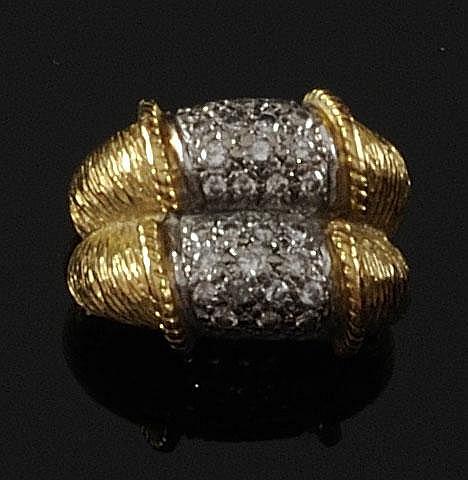 BAGUE en or jaune composée d'un double jonc bombé et  guilloché retenat en son centre un double pavage de diamants de taille brillant. Poids brut : 10,1 g TDD : 51-52 A DIAMOND AND YELLOW GOLD RING