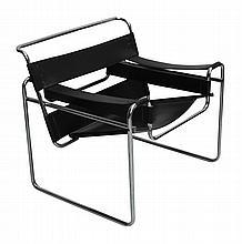 Marcel BREUER (1890 -1981) Dessin de 1925 - Ed. Moderne Fauteuil modèle «B3» dit «Wassily». Lanières de cuir noir tendues sur une structure tubulaire chromée. 72,5 x 76,5 x 69,5 cm Bibliographie : 100 Chefs-d'oeuvre de la collection du Vitra Design
