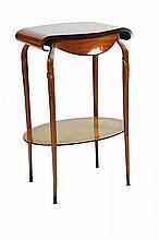 Modern Style Table de boudoir en bois de placage, plateau aux extrémités en enroulement orné d'une marqueterie animée d'un décor floral reposant sur quatre pieds reliés par une tablette d'entrejambe Circa 1900 73 x 45 x 36 cm