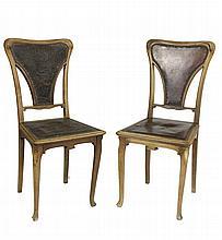 GAUTIER & POINSIGNON Paire de chaises en noyer mouluré et sculpté, assises et dossiers garnis de cuir (en l'état, assise et dossier refaits sur une). Circa 1900 92 x 42 x41 cm