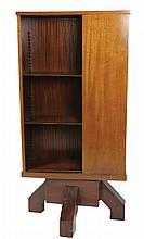 Travail français Bibliothèque tournante en acajou et placage d'acajou, étagères ouvertes montées sur crémaillères, l'une a petit tiroir. Piétement en ailettes Circa 1930-1940 140 x 70 x 43 cm
