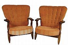 Robert GUILLERME (1913-1990) et Jacques CHAMBRON (1914-2001) Paire de larges fauteuils dits «Grand Repos» en chêne à haut dossier évasé, assises et dossiers capitonné garnis de tissu orangé Circa 1960 90 x 70 x 77 cm
