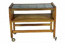Robert GUILLERME (1913-1990) et Jacques CHAMBRON (1914-2001) - Circa 1960 Table desserte roulante en chêne, plateau à 10 carreaux de céramique émaillée bleu-vert 65,5 x 81 x 41,5 cm