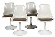 Travail Moderne Mobilier de salle à manger comprenant une table guéridon «tulipe», plateau rond en stratifié blanc (H : 71,5 cm - Diam.: 106 cm), et quatre chaises pivotantes, assises en skaï marron (traces d'étiquette) (H : 78 cm) Circa 1960 En état