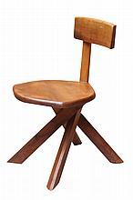 Pierre CHAPO (1927-1987) Chaise modèle S 34, à structure en orme massif formant assise, piètement croisé et dossier dissymétrique Circa 1970 73 x 40 x 50 cm