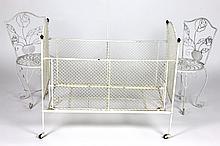 Travail Moderne Mobilier d'enfant en fer forgé laqué blanc comprenant un berceau sur rouletteset sa flèche (110 x 80 x 40 cm) et une paire de chaises, piétement à enr oulement (H : 62 cm)