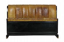 Travail Art déco Cadre de lit en en bois noirci et cuir havane, piétement terminé par des sabots de bronze (usures) Circa 1930 H : 106 cm ˆ L : 165 cm