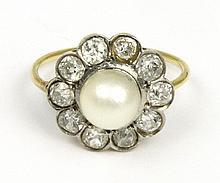 BAGUE en or jaune ornée d'une perle dans un entourage de dix diamants de taille ancienne. Poids brut : 3,5 g TDD : 53